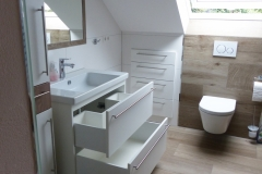 Badmöbel in weiß + passender Fliesenoptik 3