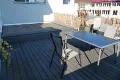 Dachterrasse belegt mit WPC-Dielen plus integrierter Sitzbank