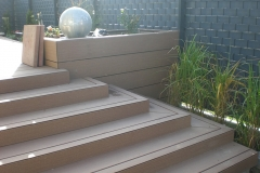 Terrasse mit Treppe aus WPC-Dielen