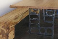Tisch und Bank aus Kernbuche-Detail Tischuntergestell aus Schwarzstahl