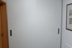 Garderobe mit raumhohen Schiebetüren in Wandnische 2