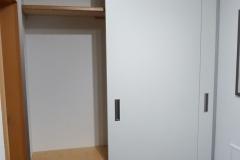 Garderobe mit raumhohen Schiebetüren in Wandnische 1