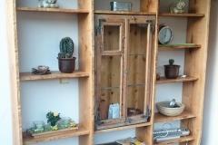 Altes Holzfenster integriert in Regal aus Eiche