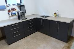 Reparaturplatz mit anthrazitfarbenen Unterschränken + Arbeitsfläche