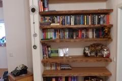 Bücherregal mit Naturkante