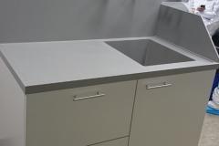 Labormöbel mit speziell angefertigter Corian-Waschtischplatte und integrierter Rückwand