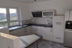 Küche mit freistehendem Kühlschrank