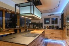 Massivholzküche mit wechselnder Beleuchtung
