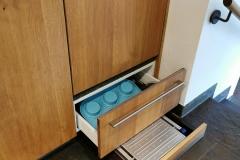 Stauraum unterhalb der Spülmaschine und im Sockel