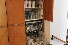 Hochgebaute Spülmaschine mit darüber angeordnetem Gläserschrank