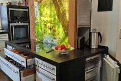 versteckter Gefrierschrank, extra breite Küchenauszüge, beleuchtete Glasrückwand