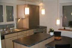 Erweiterung einer Küche aus Buche- und Schiefer-Dekor teilweise mit satinierten Alu-Glas-Fronten