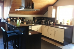 Kücheneinbau in Dachschräge mit Theke