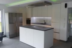 grifflose Küchenfronten und freistehender Kühlschrank