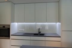 Beleuchtung an der Arbeitsfläche, grifflose Küche