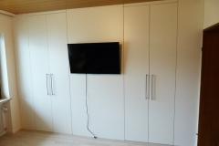 Begehbarer Kleiderschrank mit TV-Wand zweigeteilt