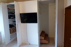 Begehbarer Kleiderschrank mit TV-Wand zweigeteilt - offen