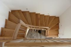 Eichenstufen auf Beton mit Geländer + Edelstahlstäben