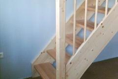 Eingestemmte Treppe - Detail erste Stufe mit aufgestelltem Pfosten