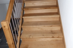 Holzstufen + Geländer auf Betontreppe