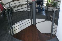 Nussbaumstufen auf Stahlspindeltreppe 2