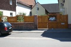 Hoftor mit Zaun
