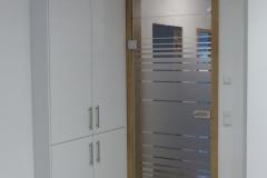 Glastür mit Streifenmotiv