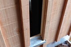 Tür Nebengebäude aus einheimischer Lärche mit Leistenschalung - Detail Fensterbank