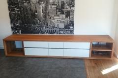 Sideboard aus Eichenbohlen mit weiss hochglänzenden Fronten