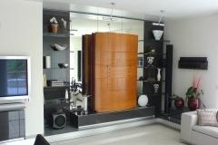 Wohnzimmermöbel in hochglänzendem anthrazit mit Spiegel-Rückwänden